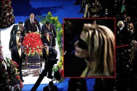 mujer rubia memorial