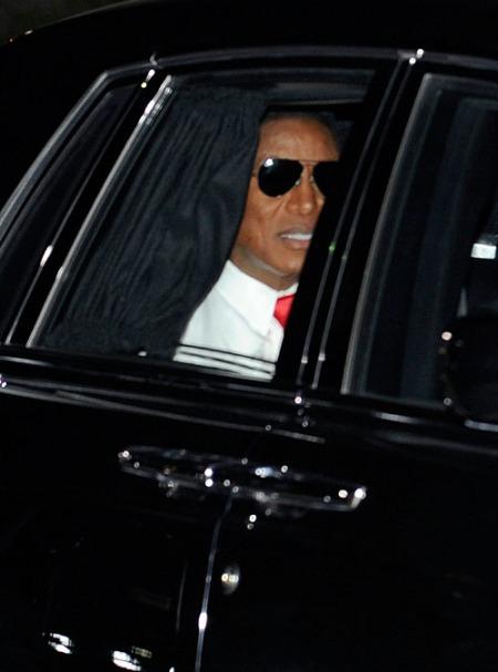 Jermaine llegando al funeral